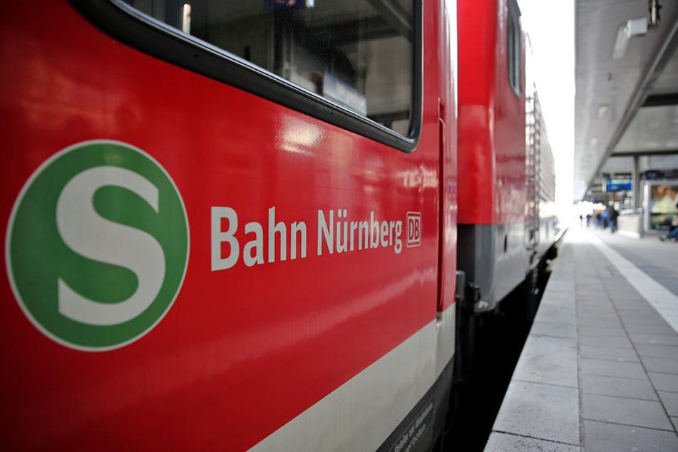 Als der 45-Jährige die Gleise verlassen wollte, erfasste ihn eine einfahrende S-Bahn. (Symbolbild)