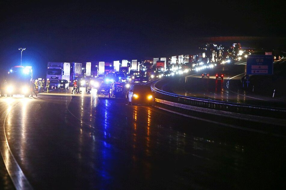 Ganze sechs Kilometer Stau bildeten sich am Montagabend auf der A4 nach einem schweren Unfall.