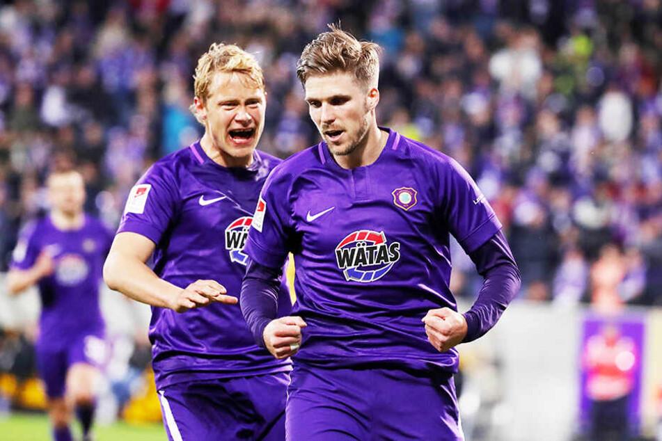 Aues Torschütze Philipp Zulechner und Teamkollege Jan Hochscheidt bejubeln die zwischenzeitliche 1:0-Führung des FCE.