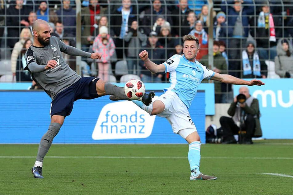 Nico Antonitsch (l., gegen den Münchner Marius Willsch) fordert für die kommenden Spiele deutlich mehr offensive Aktionen seines Teams als zuletzt.
