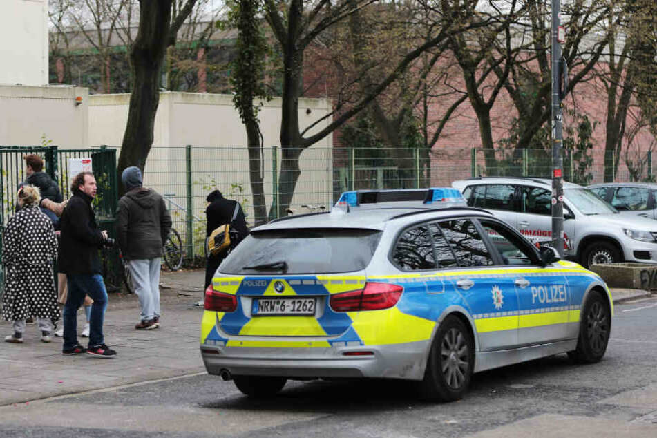 Eine Polizeistreife fährt am im März 2016 vor dem Humboldt-Gymnasium in Köln entlang.