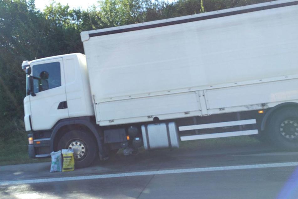 Ursache ist ein defekter Lkw auf dem Standstreifen, bei dem Diesel ausläuft.