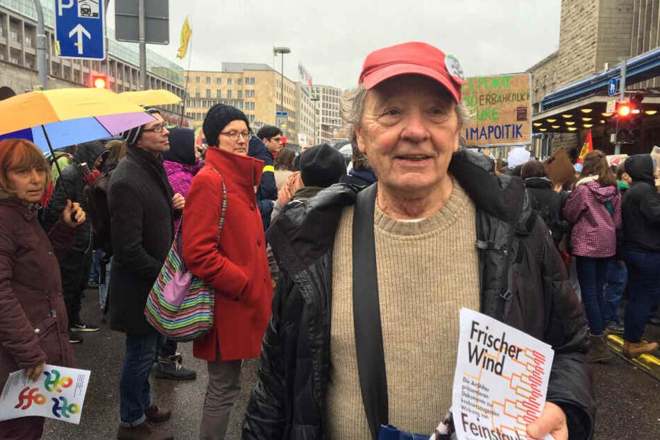 Peter Grohmann verteilt Flyer auf der Demo.