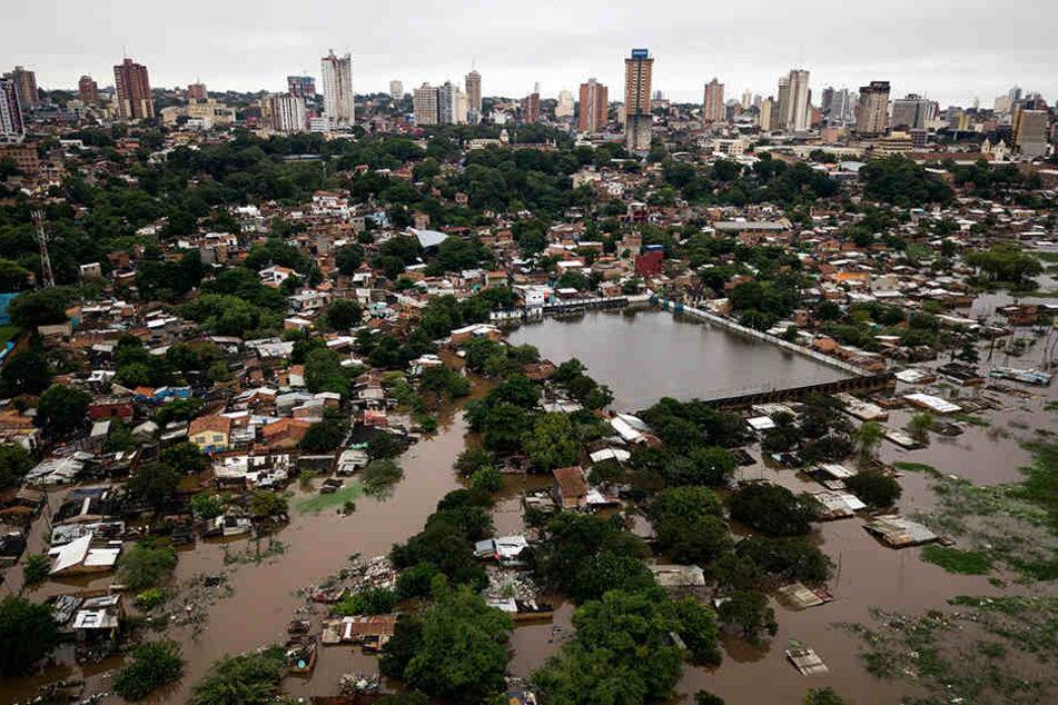 Die Luftaufnahme zeigt das überschwemmte Viertel Ricardo Brugada, hauptsächlich als La Chacarita bekannt, in der Hauptstadt von Paraguay.