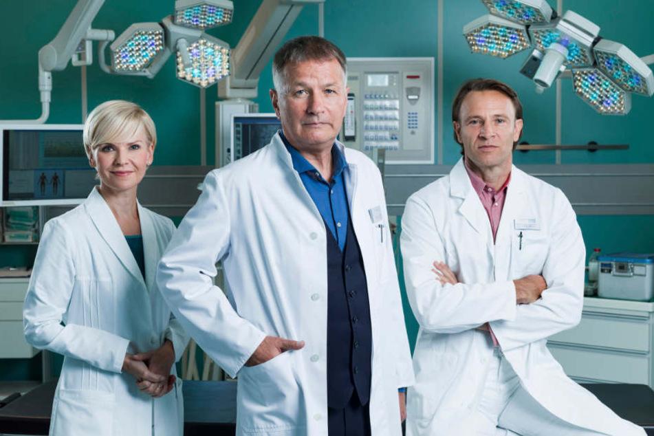 Einmal neben den Sachsenklinik-Stars spielen: Dr. Roland Heilmann (Thomas Rühmann), Dr. Kathrin Globisch (Andrea Kathrin Loewig), Dr. Martin Stein (Bernhard Bettermann) freuen sich auf neue Komparsen.