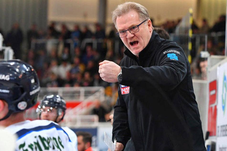 Eislöwen-Coach Franz Steer konnte es auf der Bank nicht fassen, was seine Spieler für eine Leistung auf dem Eis boten.