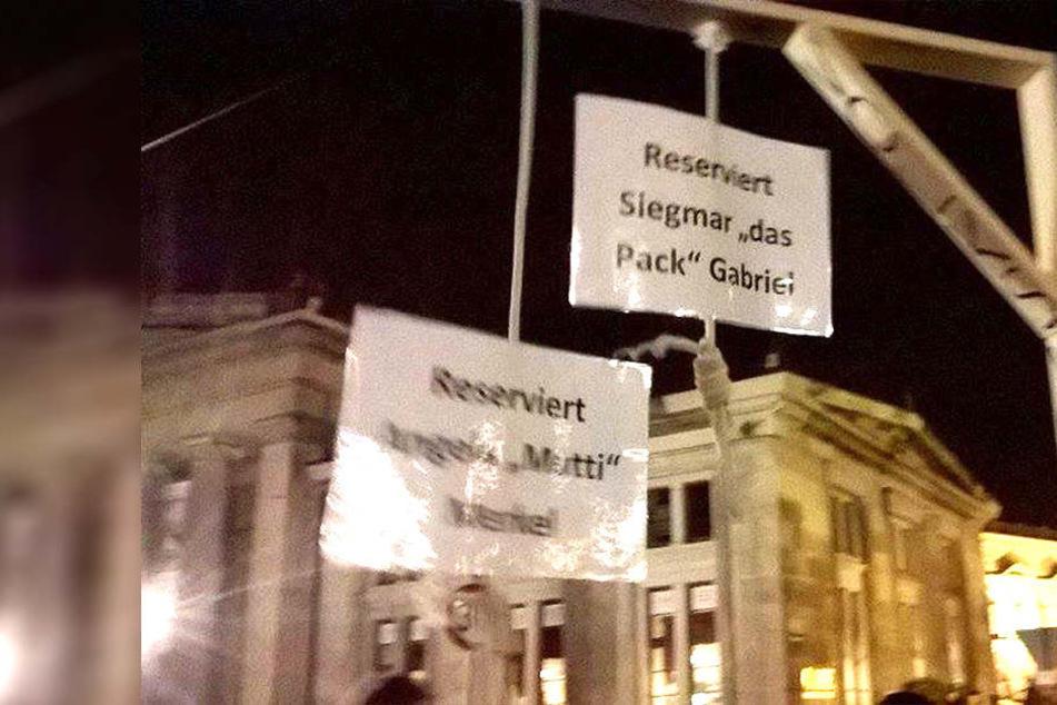 Einen für Angela Merkel und Siegmar Gabriel reservierten Galgen präsentierte ein PEGIDA-Demonstrant im Oktober 2015 auf dem Dresdner Theaterplatz.