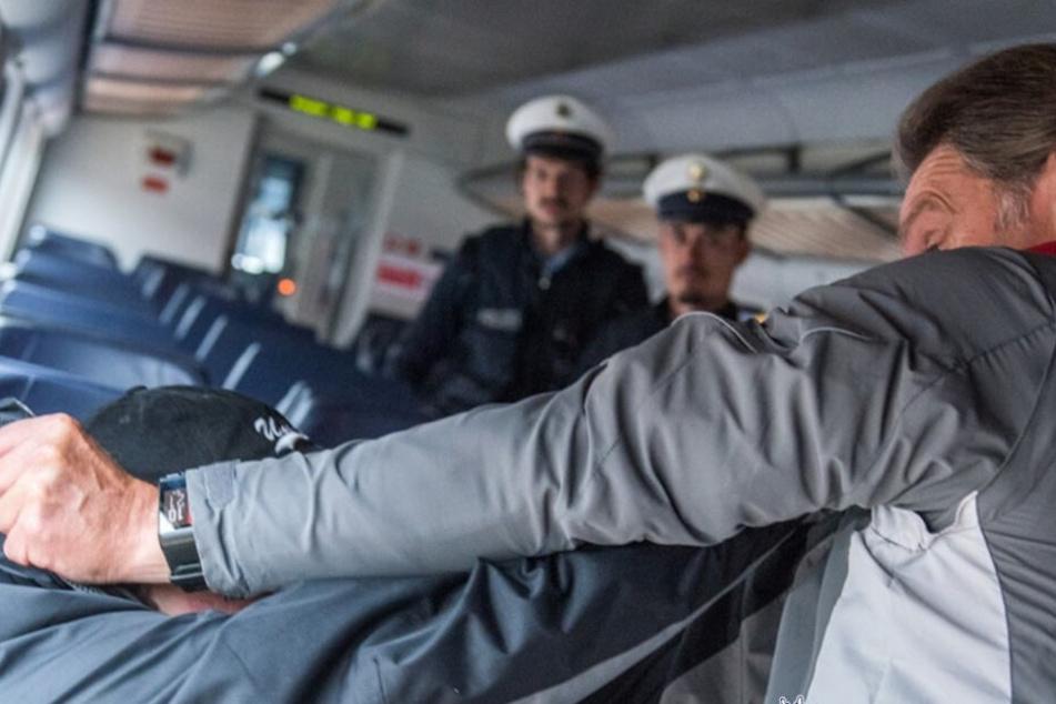 Betrunkener schläft auf Gepäckablage: Streit in Zug eskaliert, es fließt Blut