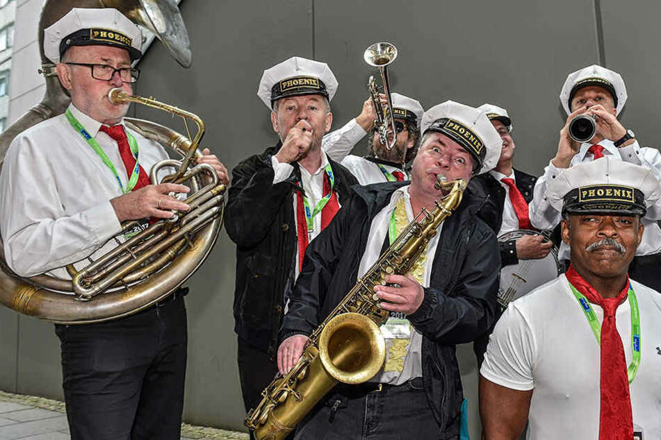 """Louis Armstrong lässt grüßen: Der Saxophonist der """"Phönix Brass Band"""" spielt  spontan in der Prager Straße auf."""