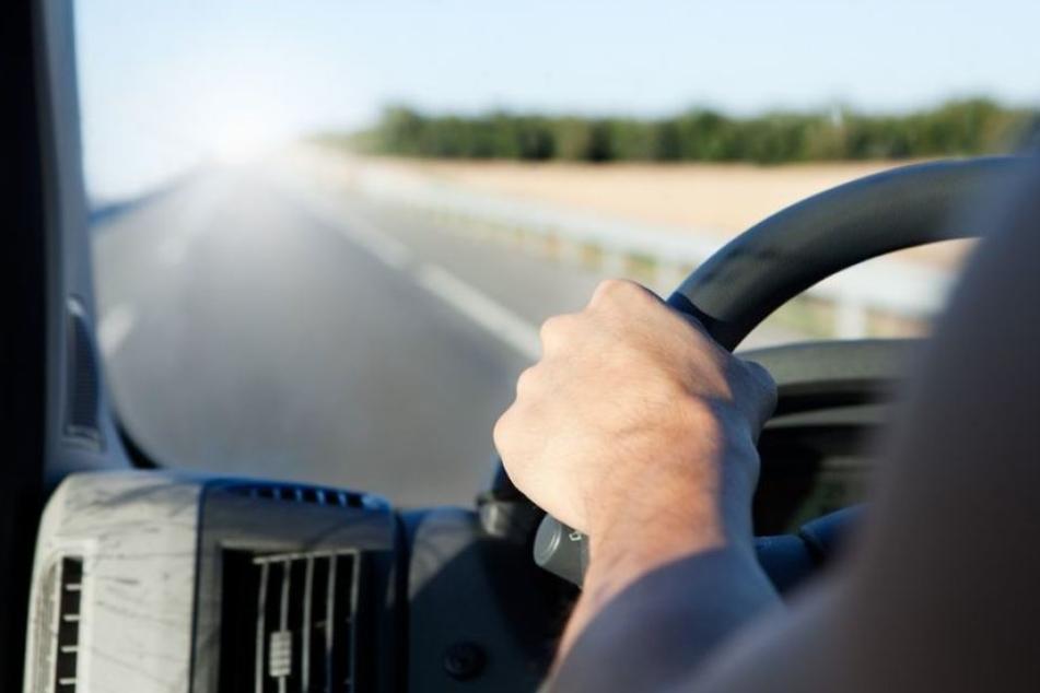 Nachdem er mit seinem Auto in einen Mercedes crashte, flüchtete der Fahrer ohne sich um seine verletzten Mitfahrerinnen zu kümmern. (Symbolbild)