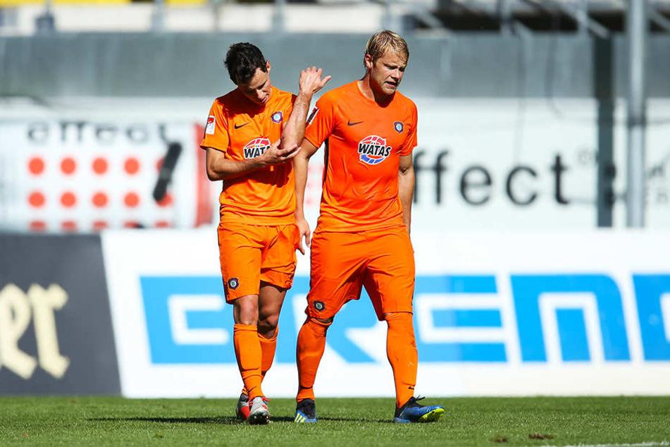 Aues Jan Hochscheidt (r.) und Robert Herrmann (l.) waren nach der 0:1-Niederlage in Paderborn geknickt.