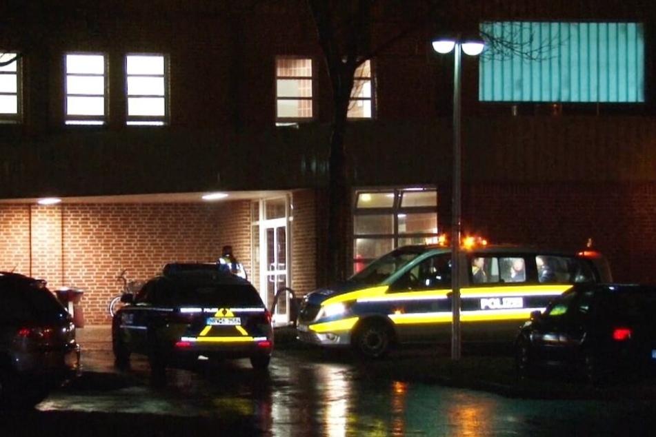 Mit mehreren Streifenwagen fuhr die Polizei vor der Turnhalle vor.