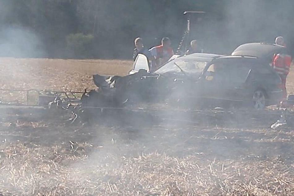 Der Kombi war gegen den Strommast gekracht, der dadurch umfiel um und das Feuer auslöste.