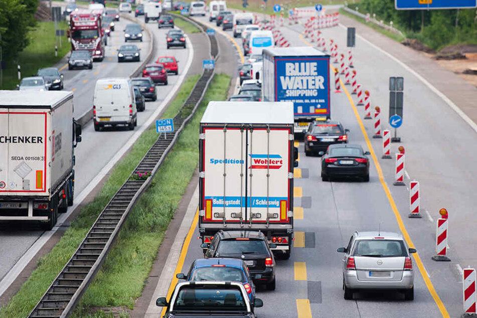 Die Autobahn wird während der Bauarbeiten auf zwei Fahrspuren verengt.