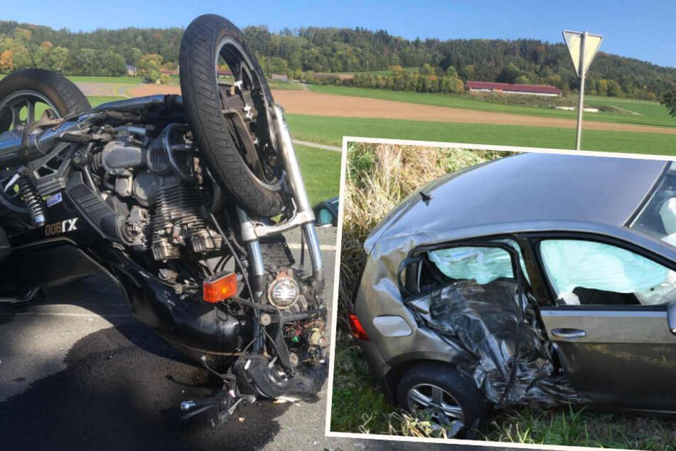 Tragisches Unglück: VW-Fahrer übersieht Biker, 48-Jähriger stirbt neben Maschine