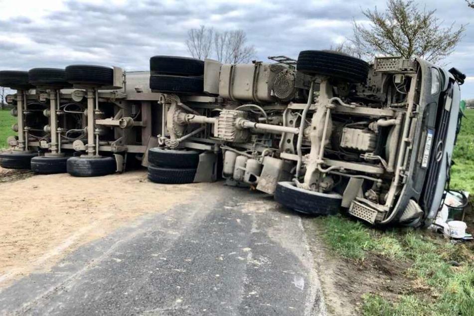 Der Laster versperrte die komplette Fahrbahn.