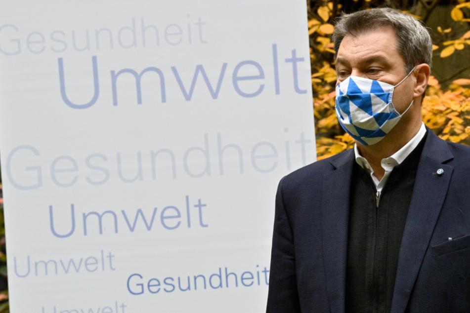 München: Markus Söder (CSU), Ministerpräsident von Bayern, gibt nach einem Rundgang durch das Referat für Gesundheit und Umwelt ein Statement im Innenhof.