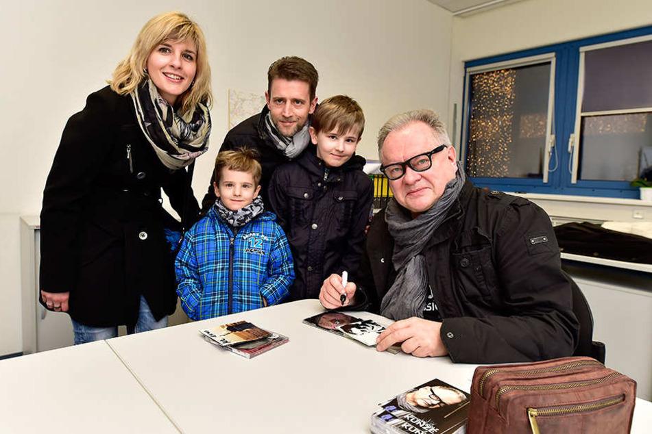 Bei einer kleinen Autogrammstunde im Chemnitz Center traf Kunze auf seine Fans. Christiane Schneider (37), Emil (6), Erik (12) und Lebenspartner Nico Kunze (40) freuten sich über das Treffen.