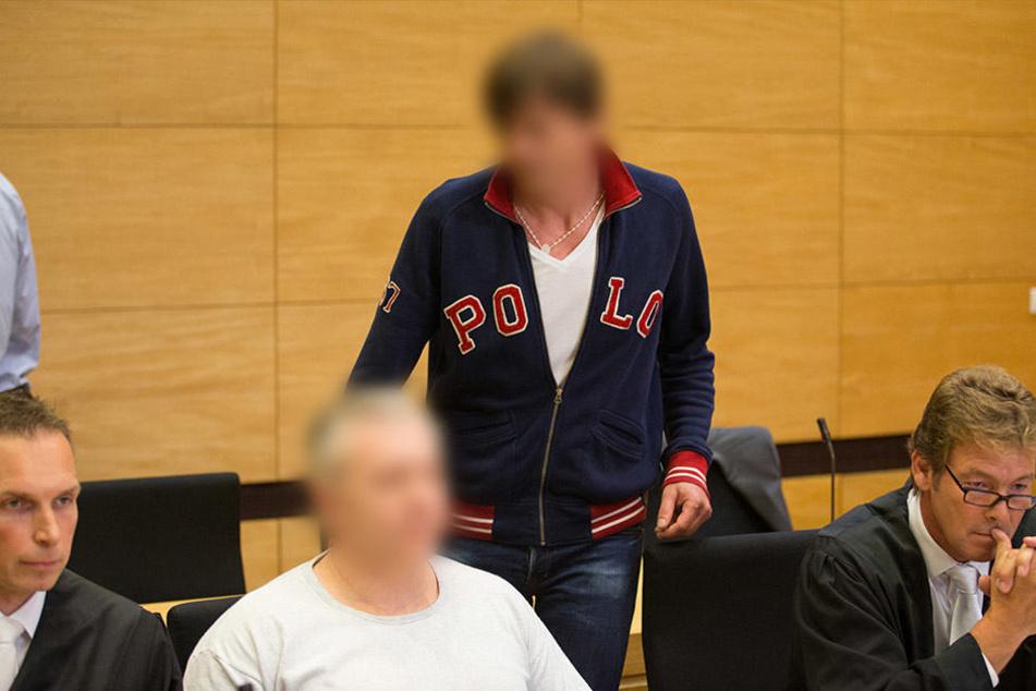 Im Hintergrund steht der Angeklagte Arthur D., vor ihm sitzt sein Komplize Robert D.