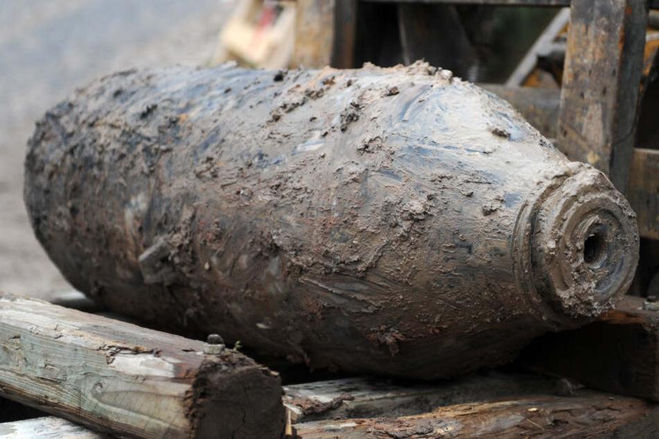Eine entschärfte Fliegerbombe aus dem Zweiten Weltkrieg wird abtransportiert. (Archivbild)