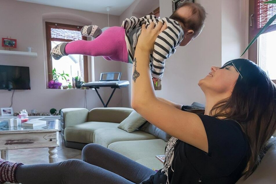Lisa Wohlgemuth (24) mit ihrer Tochter Majlena.