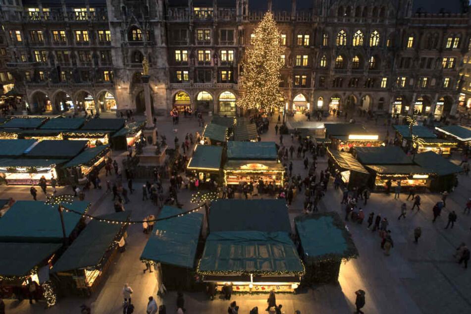 Weihnachtsmärkte, wie hier in München, sorgen für die richtige Einkaufsstimmung in der Innenstadt. (Archivbild)