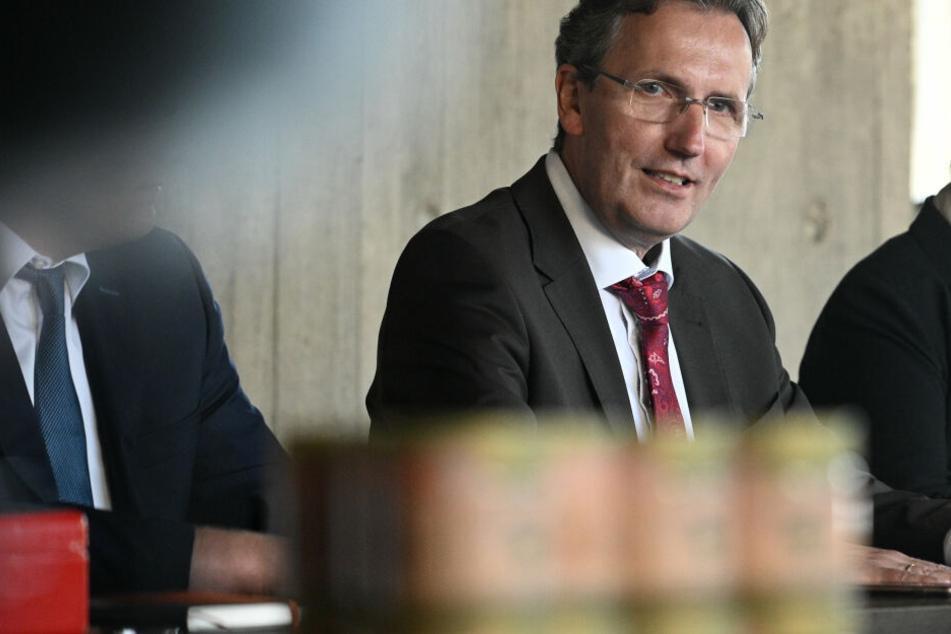 """Georg Gelhausen, Bürgermeister von Merzenich, spricht bei einer Pressekonferenz zur Vorstellung des ersten """"Hambi-Honig"""" aus dem Hambacher Forst."""