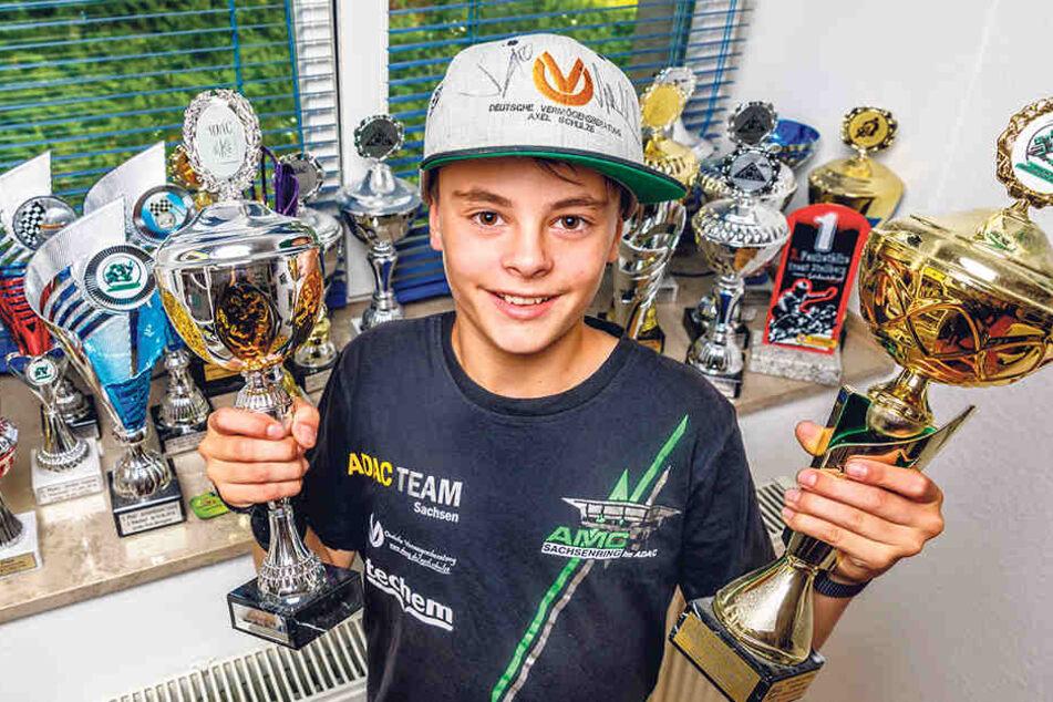 Stolz zeigt Lennox (11) Honda, Helm und Lederkluft. Drauf stehen seine  Sponsoren, unter anderem das ADAC Team Sachsen, Syko Metallbau, Gruma  Automobile, B2BA Streetwear Clothing.