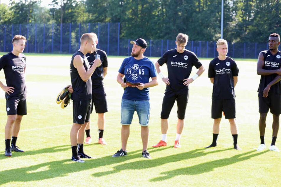 Stadionmoderator Sebastian Wiese löcherte die Neuzugänge mit Fragen.