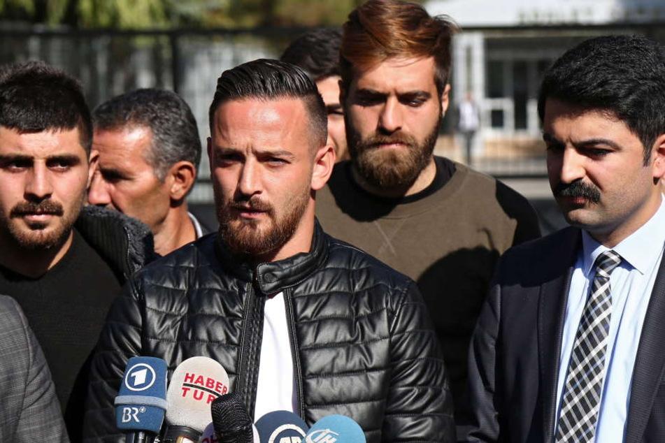 """Nachdem Deniz Naki Anfang November 2016 freigesprochen wurde, sprach er zur Presse. 2017 wurde er überraschend doch wegen """"Terrorpropaganda"""" verurteilt."""