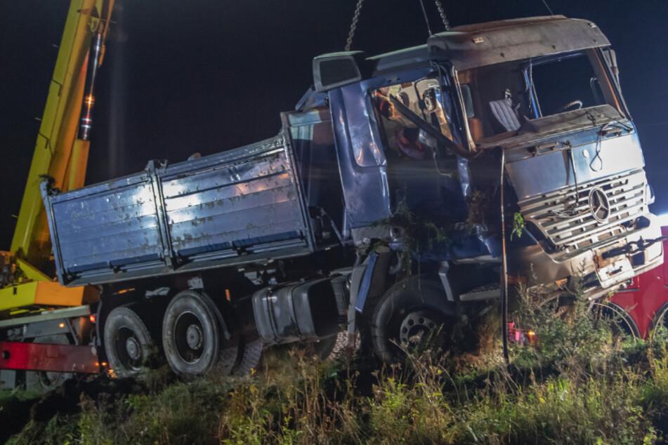 Tödlicher Unfall im Erzgebirge: Laster kommt von Straße ab, Fahrer stirbt