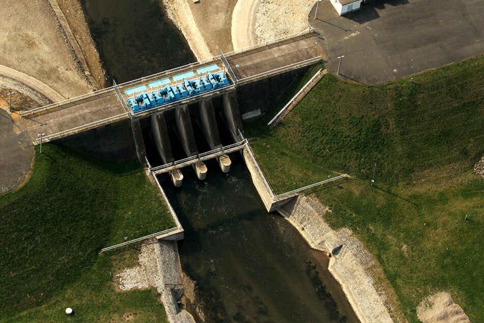 An einer Nachbildung der Stauanlage Straußfurt werden Hochwasser simuliert.