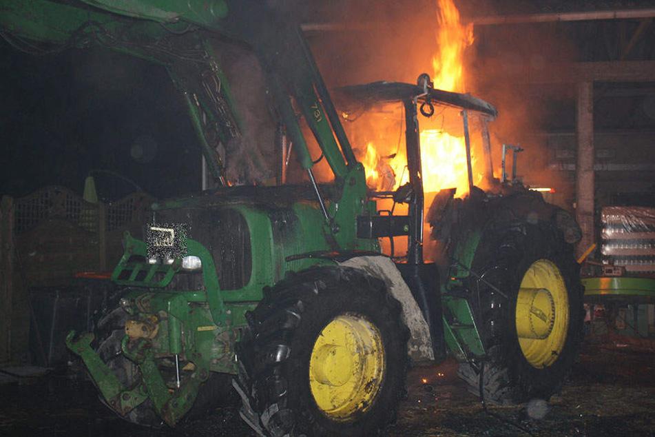 Der Traktor fackelte komplett ab. Der Sachschaden beträgt knapp 40.000 Euro.