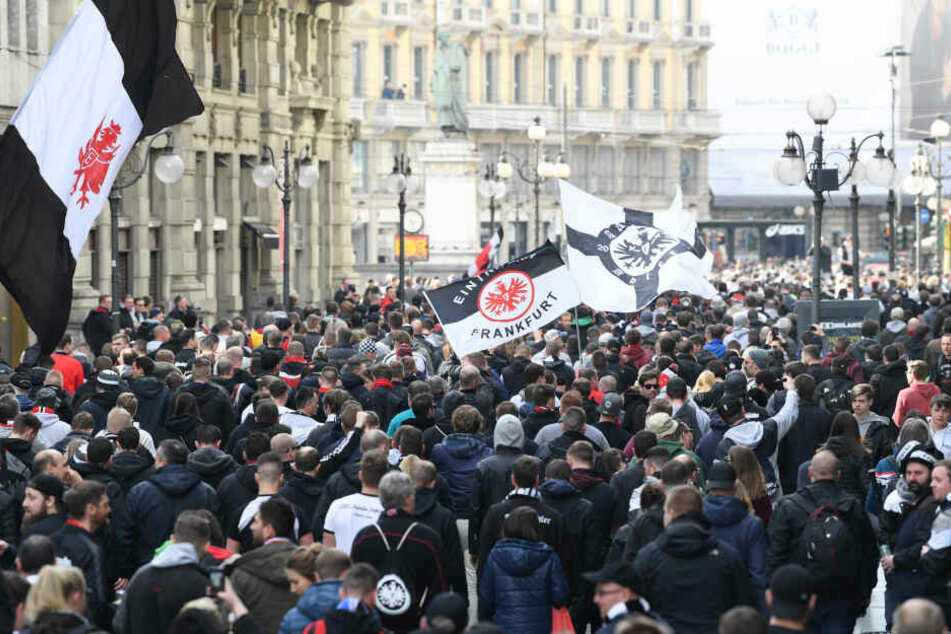 Die Eintracht-Anhänger starteten gegen 16 Uhr ihren Fanmarsch zum Stadion.