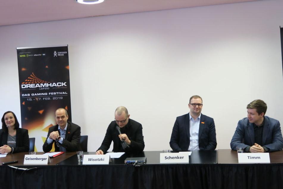 Am Mittwoch präsentierten Stephanie Scholz, Markus Geisenberg (2.v.l.), Robert Schenker (2.v.r.) und Christoph Timm (rechts), EMEA Client Manager des E-Sport-Teams Team Liquid, die Neuerungen für die Dreamhack Leipzig 2019. Moderiert wurde das Ganze von F