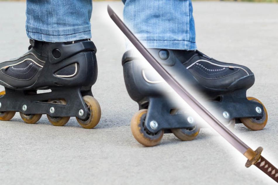 Irre: Mann mit Samurai-Schwert düst auf Inline-Skates durch die Stadt