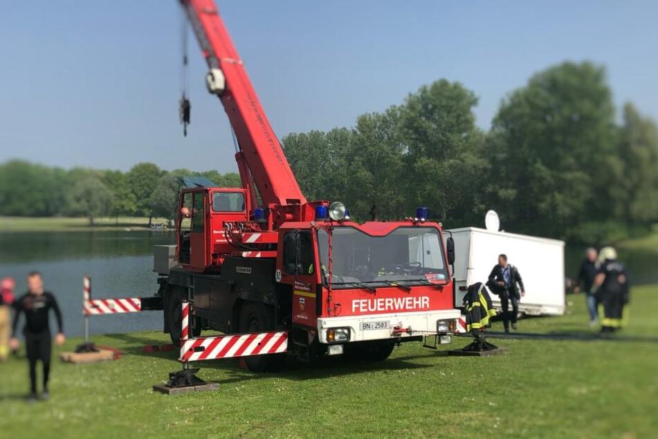 Mit einem Kran konnte der Bierwagen aus der Rheinaue gezogen werden.