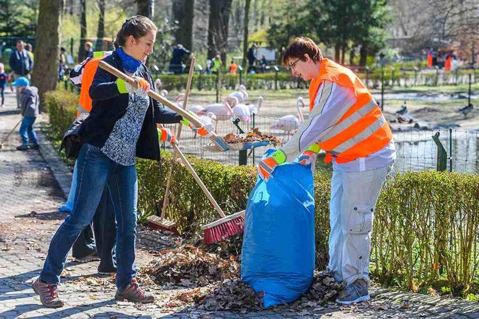 Hand in Hand: An der Flamingo-Anlage bilden Sandra Mehnert (39, l.) und Claudia Göldner (35) ein Team.