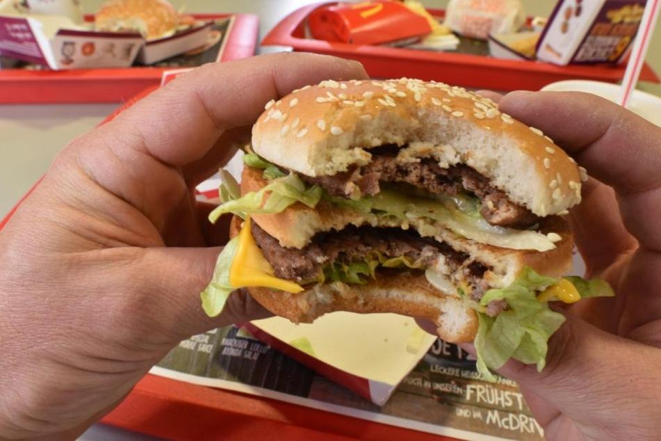 Bald braucht man nicht mehr vor die Tür: McDonald's weitet seinen Lieferdienst aus .