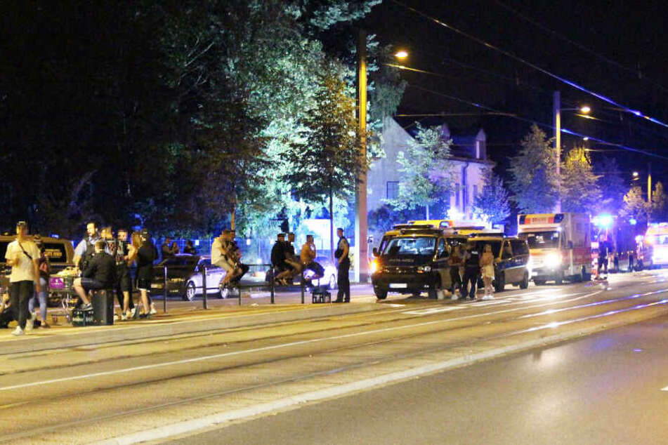 Auf der Prager Straße sind am Samstagabend mehrere Vermummte auf eine feiernde Gruppe losgegangen.