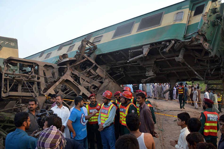 Ein Express-Zug raste in den stehenden Frachtzug.