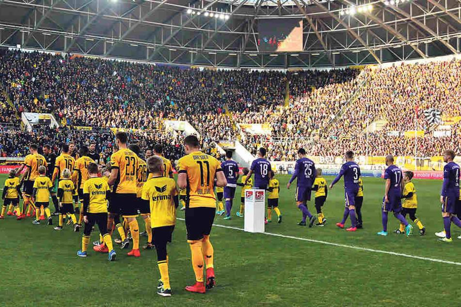 Wann laufen die Teams aus Dresden und Aue ins Rudolf-Harbig-Stadion ein? Geplant ist am Freitag, 19. Oktober. Doch nach jetzigem Stand der Dinge könnte es auch erst einen Tag später passieren.