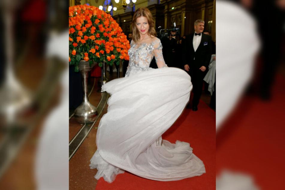 Wettiner-Spross Xenia Prinzessin von Sachsen (33) setzte sich im Eingangsbereich der Oper für die Fotografen in Szene.