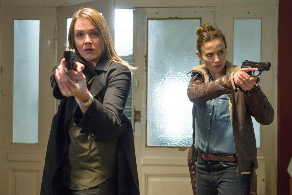 """Die Ermittlerinnen Henni Sieland (l, AlwaraHöfels) und Karin Gorniak (Karin Hanczewski) in einer Szene des Tatorts """"Wer jetzt allein ist"""". Der """"Tatort"""" wurde am 21.05.2018 ausgestrahlt."""
