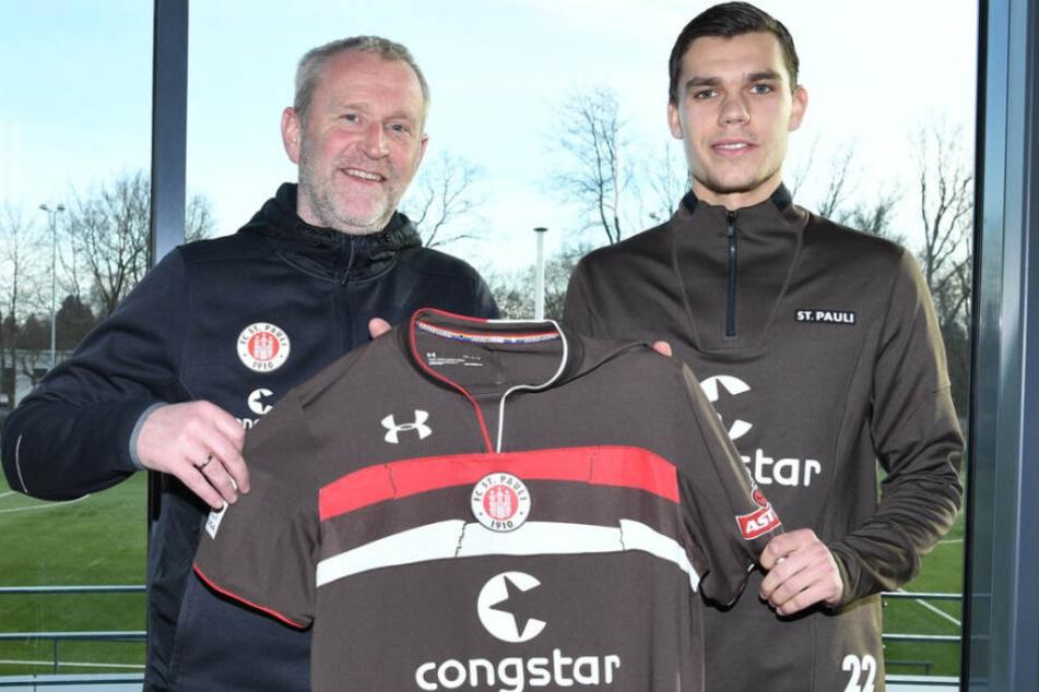 Sportchef Uwe Stöver (links) stellt Neuzugang Justin Hoogma vor.