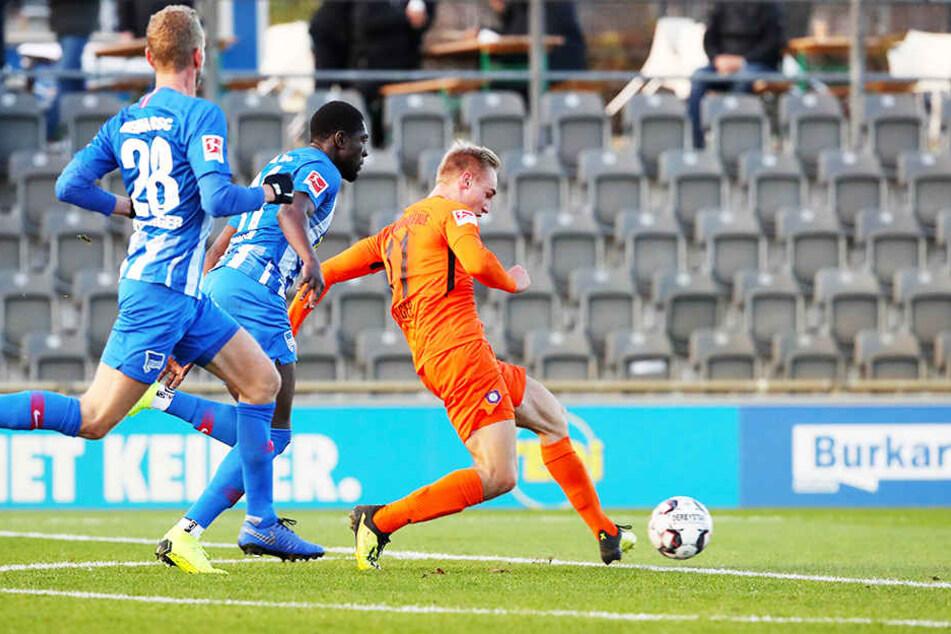 Florian Krüger (r.) trifft zum zwischenzeitlichen 1:0 für Erzgebirge Aue.