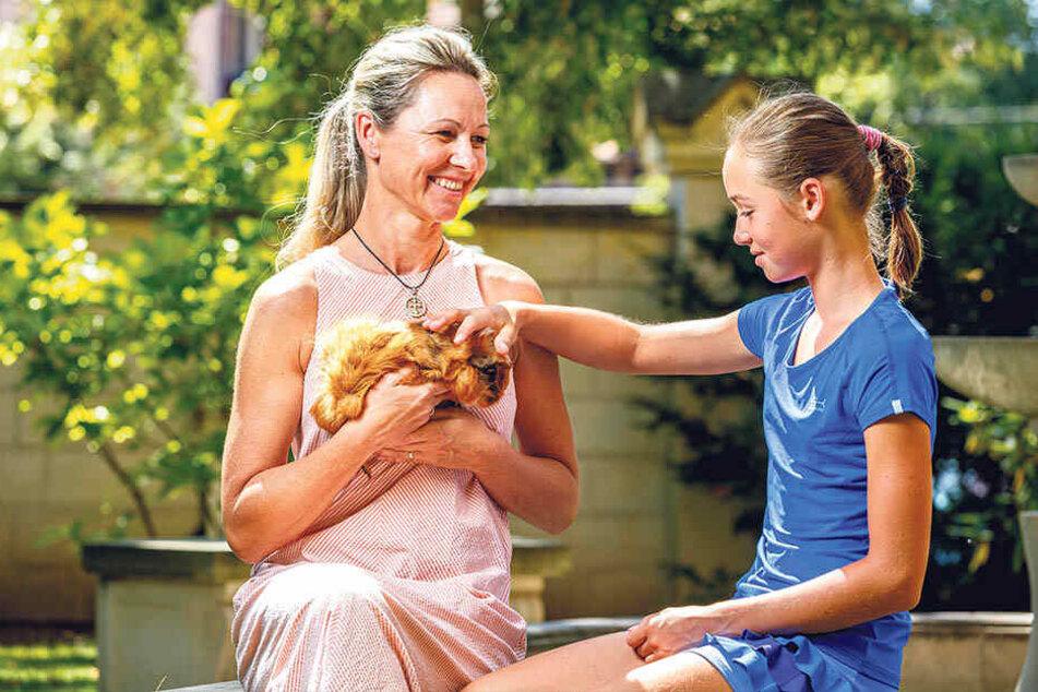 Wenn Lavinia mal gerade nicht auf dem Platz ist, kuschelt sie gerne mit ihrem Meerschweinchen. Mutter Nadine (43) nimmt sich oft und gerne Zeit für ihre Tochter.