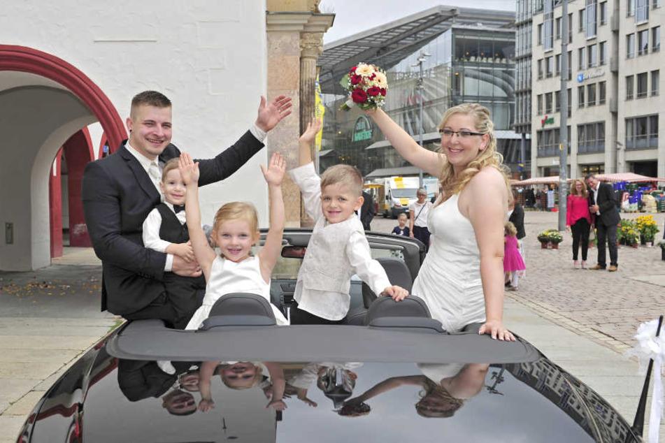 Weil der 18.8.18 gut klingt: Susann (31, r.) und Martin Böhm (30, l.) mit ihren drei Kindern im Cabrio vor dem Rathaus.