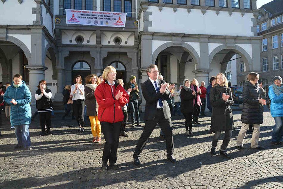 """Im vergangenen Jahr tanzte Paderborns Bürgermeister Michael Dreier (Mitte) bei der Aktion """"One Billion Rising"""" gegen Gewalt an Frauen."""