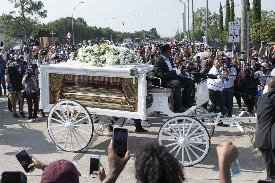 Der Sarg von George Floyd wird in einer weißen Kutsche auf den Friedhof Houston Memorial Gardens transportiert.
